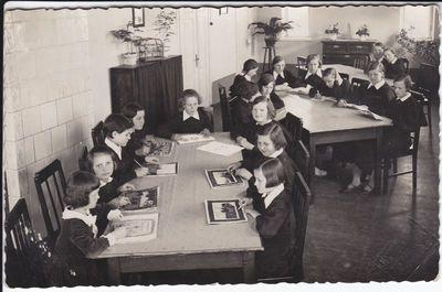 Mokinės ruošia pamokas 1935m.