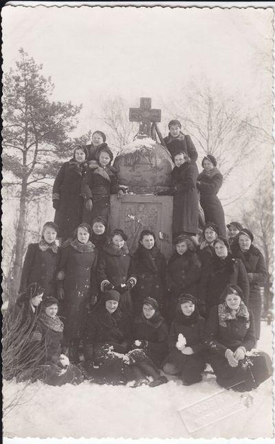 Prie Ateitininkų paminklo Marijampolės senosiose kapinėse 1939 m.