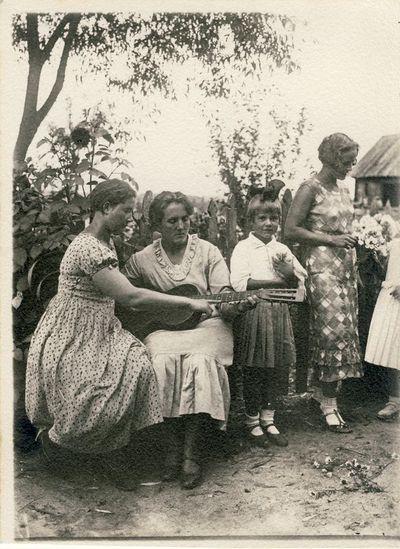 Marijona ir Veronika Šleivytės su vaikais.