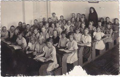 Vargdienių seselių mokykla Marijampolėje.  1937 -1938 mokslo metai