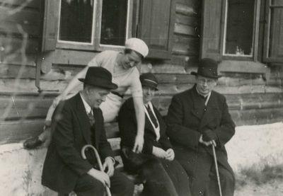 Marija, Jurgis ir Gražutė Šlapeliai su kunigu Pranu Bieliausku Valakampiuose
