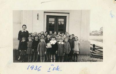 Alytaus I pradžios mokyklos mokiniai su mokytoja A. Šapokiene