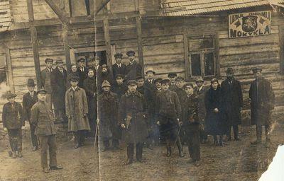 Grupė žmonių prie Lazdijų pradedamosios mokyklos