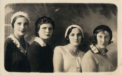 Keturios merginos su beretėmis