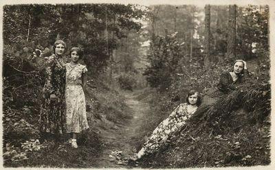Stasė Jurgelionytė su draugėmis miške