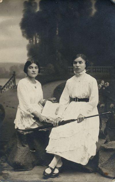 Dviejų nežinomų moterų portretas