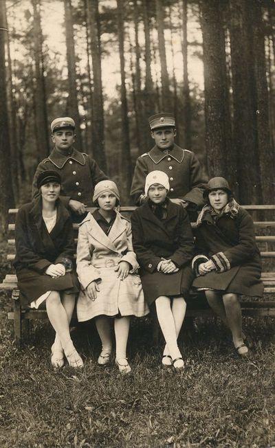 Keturios merginos ir du ulonai parke