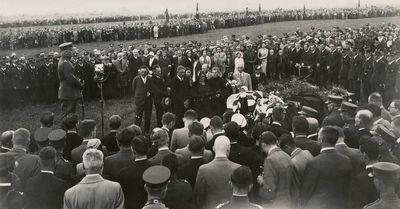 Dariaus ir Girėno laidotuvės. Kalbą sako karo aviacijos viršininkas Stasys Pundzevičius