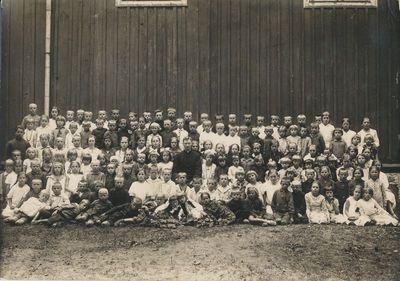 Alytaus pradžios mokyklos mokiniai Pirmosios Komunijos dieną su vikaru Tumosa