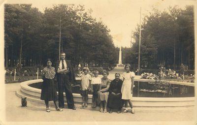 Šeimos portretas Alytaus miesto sode prie fontano