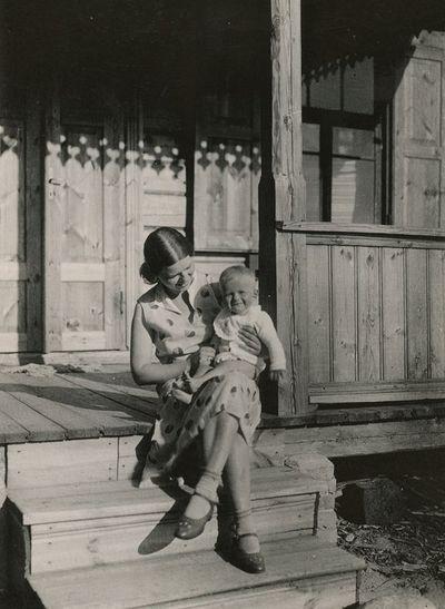 Laimutė Šlapelytė-Graužinienė su dukrele Laimute ant kelių