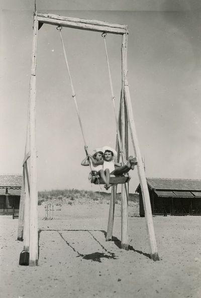 Graužinių dukrelės supasi Fregeno paplūdimyje