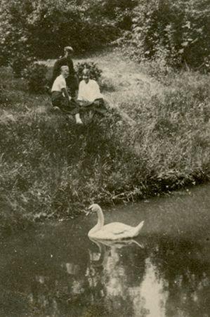 Skaistutis Šlapelis su merginomis prie tvenkinio
