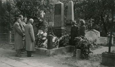Skaistutis Šlapelis su grupe prie Jono Basanavičiaus kapo