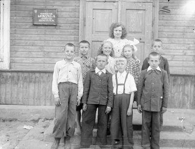 Švenčionių I-osios vidurinės mokyklos mokytoja ir pradinių klasių mokiniai