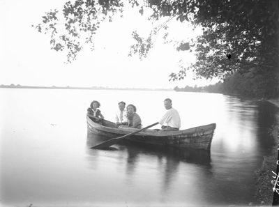 Jaunimas irstosi laiveliu Erzvėto ežere