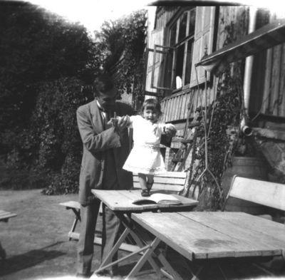 Grupinis portretas prie buvusio Markučių dvaro sodybos gyvenamojo namo