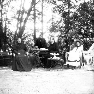 Grupinis portretas buvusioje Markučių dvaro sodyboje