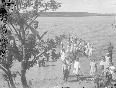 Kukutėlių kaimo mokiniai su mokytoju prie ežero