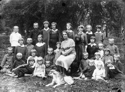 Mokytoja Jadvyga Rudinskaja su mokiniais