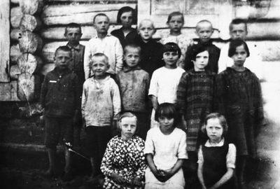 Kalviškių kaimo vaikai prie uždarytos mokyklos