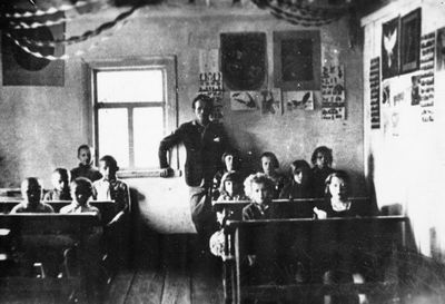 """Pilypų """"Ryto"""" pradinė mokykla. Mokytojas - Juozas Paluševičius, 1934"""