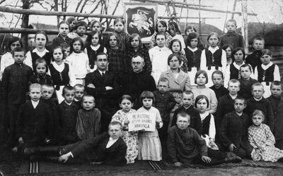 Reškutėnų lietuvių mokyklos mokiniai su mokytojais