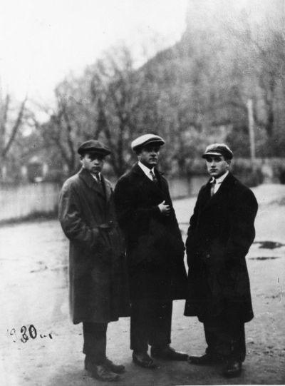 Julius Sinius (dešinėje) su draugais