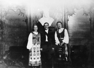 """Julius Sinius su """"Varpo"""" choro dainininkėmis Kauno Karo muziejuje"""