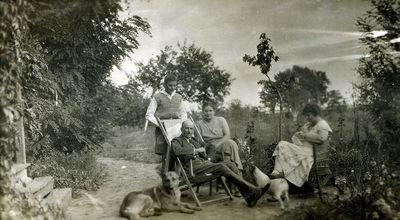 Nežinoma šeima su šunimis poilsiaujanti parke