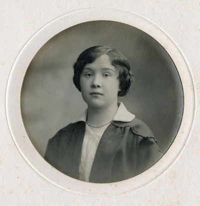 Jaunos moters, su grandinėle ant kaklo, portretas