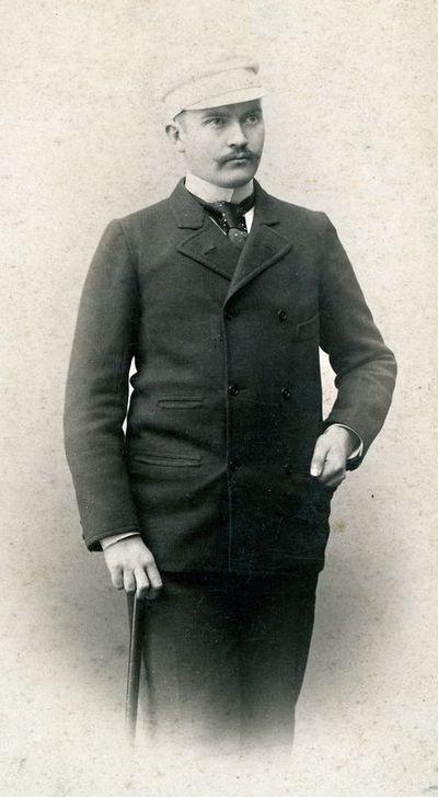 Antanas Tiškevičius (1866–1920), stovintis su lazda rankoje