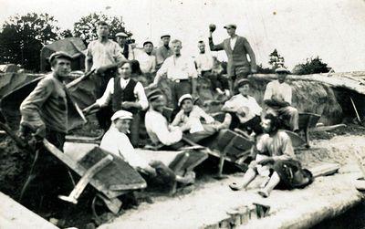 Geležinkelio Telšiai-Kretinga statybos darbininkai prie Kūlupėnų