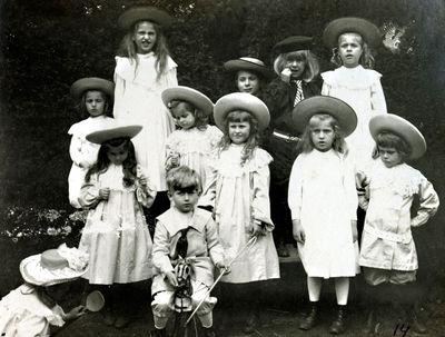 Palangos grafų Tiškevičių ir jų artimųjų vaikai parke