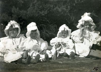 Palangos grafų Tiškevičių dvaro parke ant žolės sėdintys vaikai