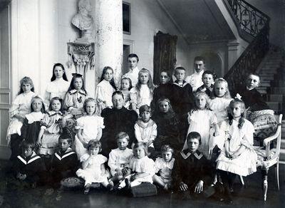 Sofija Tiškevičienė su anūkais Palangos rūmų vestibiulyje