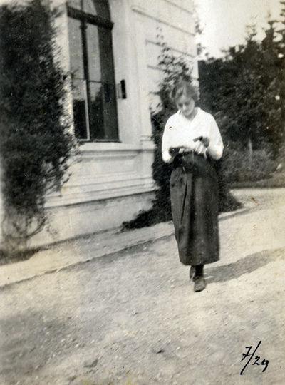Antanina Tiškevičiūtė Palangos dvaro rūmų kieme