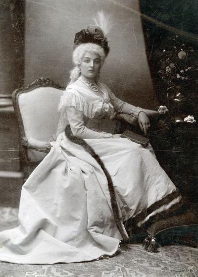 Jaunos aristokratės, sėdinčios prie staliuko, portretas