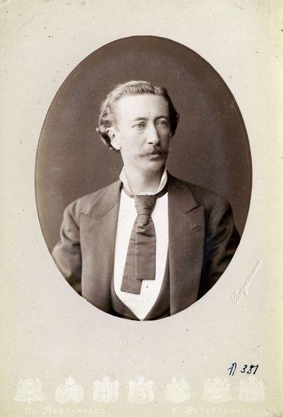 Vyro su ūsais ir pusilgiais banguotais plaukais portretas