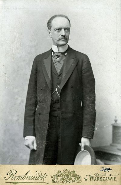 Vyro su ūsais, prasegtu surdutu ir skrybėle rankoje portretas