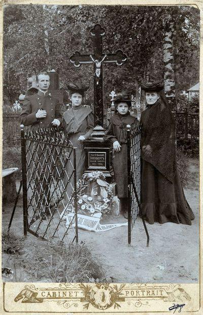 Andrejaus Vizenbergo šeima prie velionio kapo