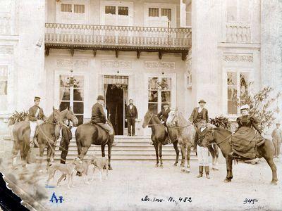 Elena Klotilda Ostrovska su grupe raitų aristokratų prie nežinomo dvaro rūmų