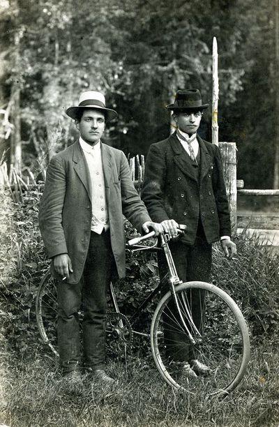 Juozas Paukštys ir Benediktas Mačiulskis prie dviračio