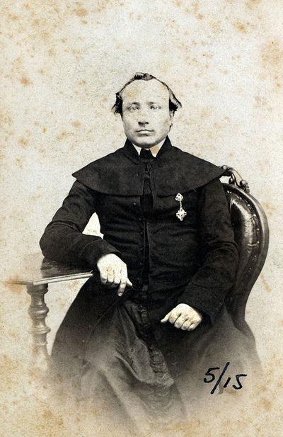 Katalikų dvasininko su ordinu, sėdinčio krėsle, portretas