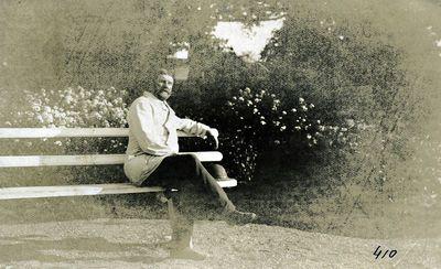 Barzdotas pagyvenęs vyras, sėdintis ant suoliuko Kretingos dvaro parke