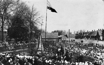 Lietuvos Nepriklausomybės 10-mečio paminklo pašventinimas Darbėnuose