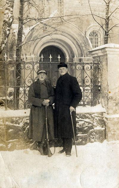 Konstantinas Riauka su draugu prie Kretingos stačiatikių cerkvės