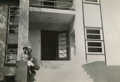 Aloyzas Sirutis Birštone prie sanatorijos su medicinos sesele