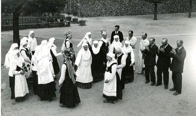 senovinių kupiškėniškų vestuvių vaidintojai :  moterų šokis  Čiutyta rūtala