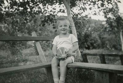 Antanukas (Antanas Dundzila) ant suolelio